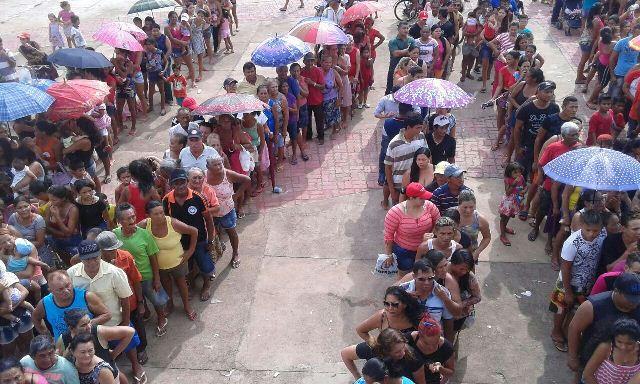 Longas filas se formaram para entrega de cestas e presentes