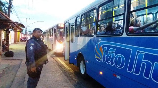 PM observa passageiros na janela do ônibus. Fotos: Olho de Boto