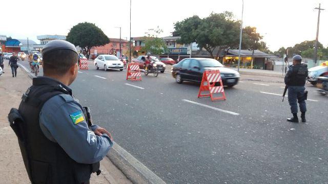 Policiais fizeram barreiras em vários bairros