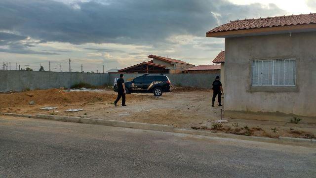 Dia 14 de dezembro: policiais federais cumprem mandados de busca e apreensão em casas de funcionários da prefeitura de Ferreira Gomes