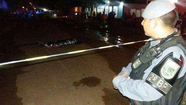 Policial militar observa local do crime, no Bairro Brasil Novo. Fotos: Olho de Boto