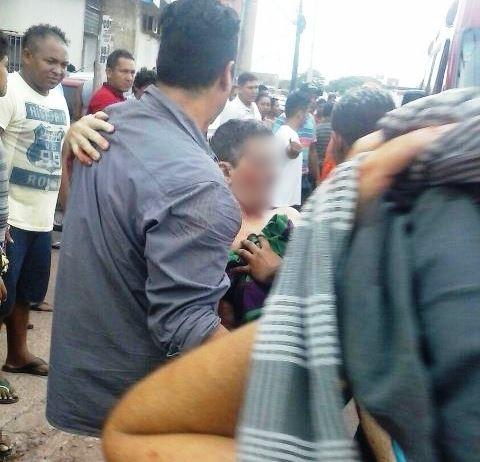 O comerciante Domingos Moreira foi socorrido por populares, após ser atingido. Foto: enviada por testemunhas