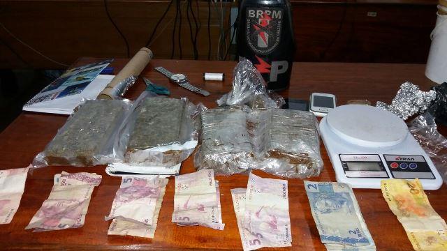 Drogas e outros materiais encontrados na residência. Fotos: Olho de Boto
