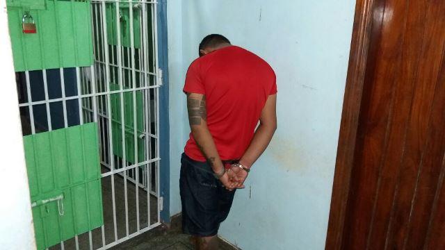 Rapaz foi flagrado tentando se desfazer das drogas