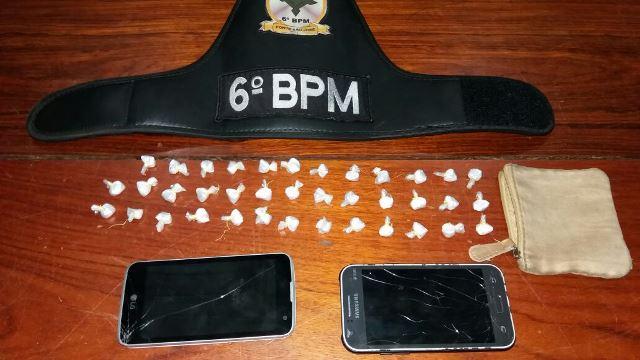 PM apreendeu 38 papelotes e celulares que o acusado não soube explicar a procedência. Fotos: Olho de Boto