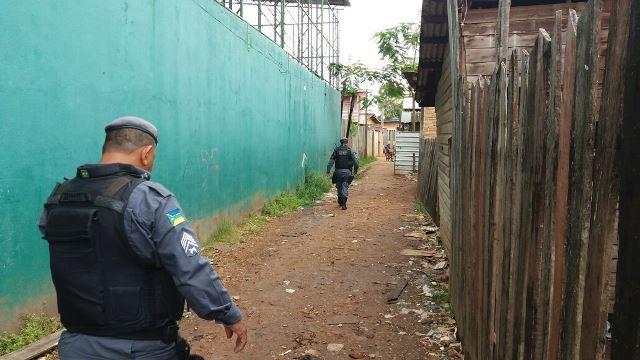 Policiais entram em beco onde ocorreu a execução. Fotos: Olho de Boto