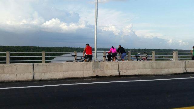 Ciclistas também aproveitam a vista, fazendo o correto. Fotos: Fernando Santos