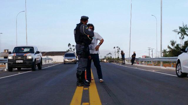Motorista é orientado por policial do BPRE