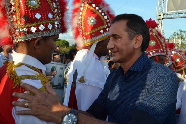 Governador Waldez Góes cumprimenta Guerreiros de São Tiago...