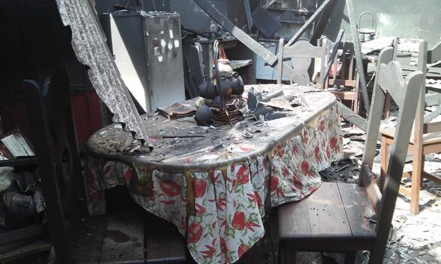 Casa foi completamente consumida por incêndio. Fotos: Cassia Lima