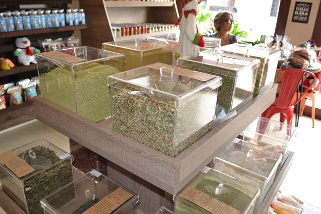 Ervas finas produzem aromas dentro da loja. Fotos: Seles Nafes