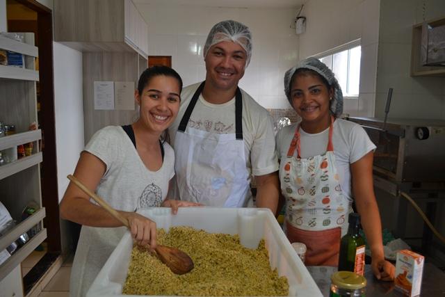 Aline com amigos que trabalham junto na cozinha: farofa de grãos é sucesso