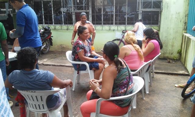 Terceirizados realizaram protesto pacífica na entrada da Secretaria de Saúde. Fotos: Cássia Lima