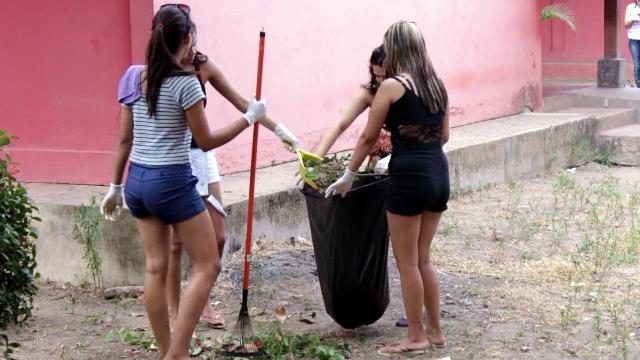 Alunos limpam terreno da escola. Fotos: PM/Divulgação