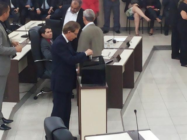 Atual presidente vota: Eleição escolheu apenas os demais membros da mesa diretora que, por enquanto, deve ser comandada por Kaká Barbosa em 2017