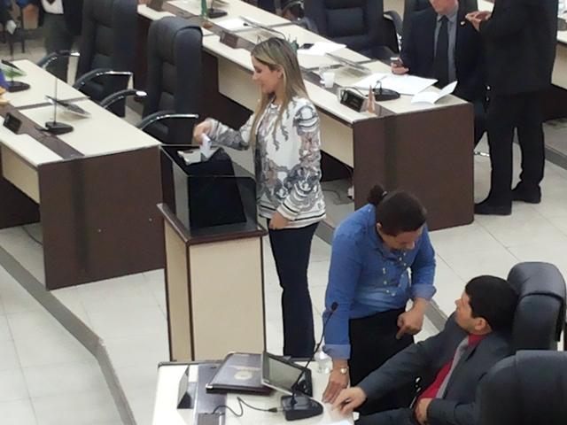Deputada Luciana Gurgel vota e continua na mesa diretora de 2017. Fotos: Cássia Lima