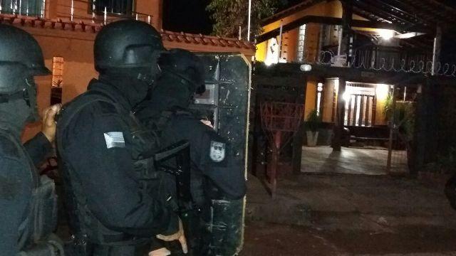 Um dos moradores conseguiu fugir e avisou a polícia. Fotos: Olho de Boto