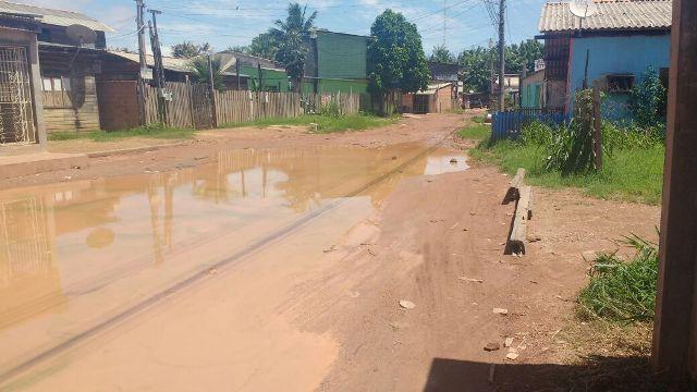 Formação de lama na via é drama para quem mora no local