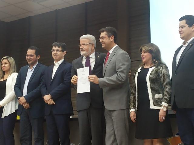 Promotor Moisés e mais cinco novos gestores foram empossados. Fotos: Cássia Lima