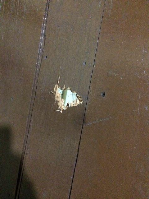 Um dos criminosos atirou contra a porta do quarto, ferindo com os estilhaços o caseiro. Fotos: Bope