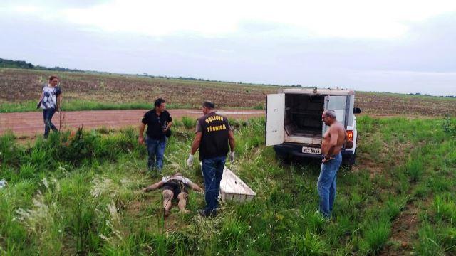 Equipe da Politec remove corpo da vítima, que tinha apenas 20 anos. Fotos: Olho de Boto