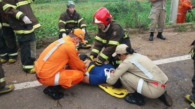 Um dos passageiros é atendido pelo Corpo de Bombeiros após resgaste