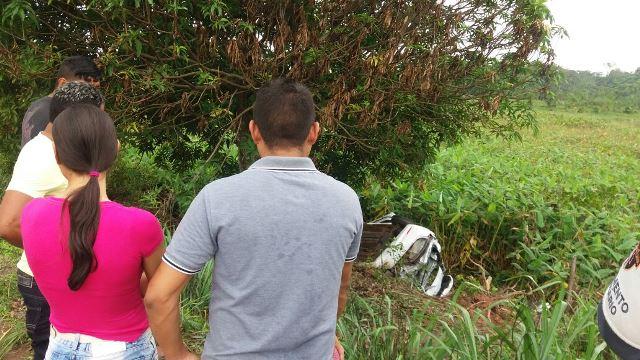 Proprietária do veículo observa o carro destruído: já era de confiança