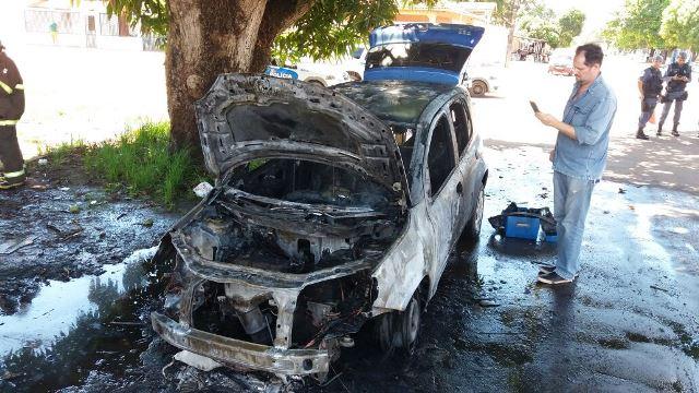 Proprietário do carro observa estragos. Fotos: Olho de Boto