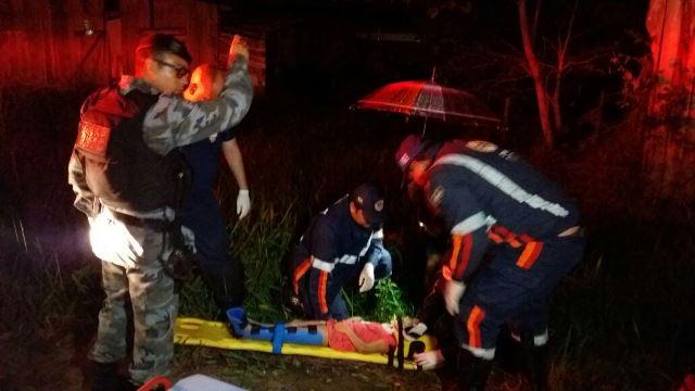 Menina de 4 anos é atendida após o acidente. Foto: Olho de Boto