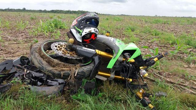 Moto ficou completamente destruída. Fotos: Olho de Boto