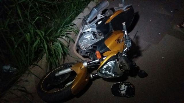 Moto conduzida pelo policial que permaneceu no local após o acidente