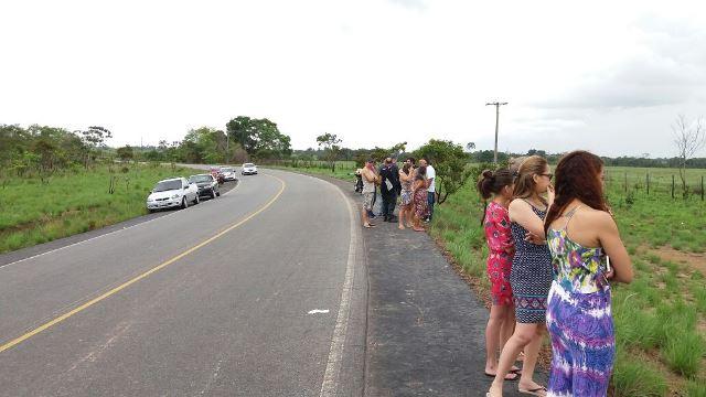 Pessoas observam no ponto onde Mrcos Juarez saiu da pista