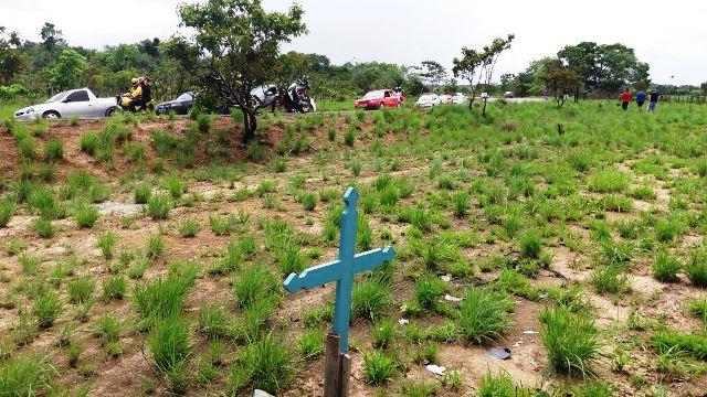 Outras cruzes indicam pelo menos 3 mortes no local