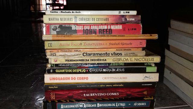 Alguns dos livros que estarão disponíveis para venda, troca e até doação. Fotos: arquivo pessoal