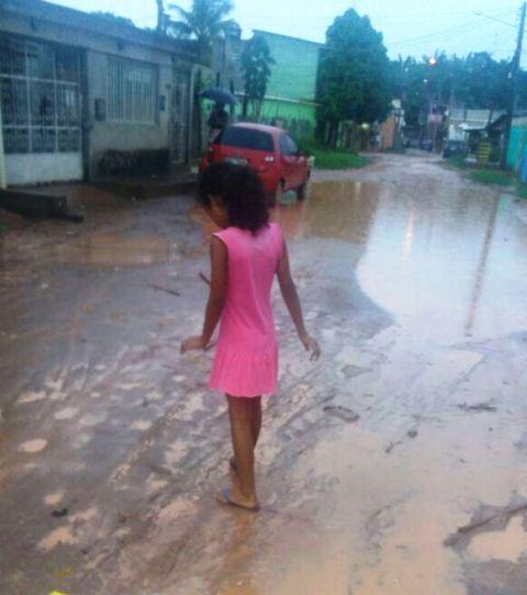 Crianças já sofreram acidentes passando pelo local, segundo relatos
