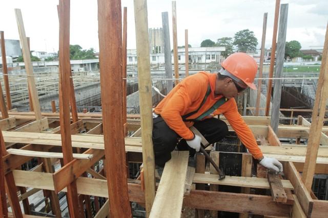 Operário trabalho no canteiro da central. Foto: Secom