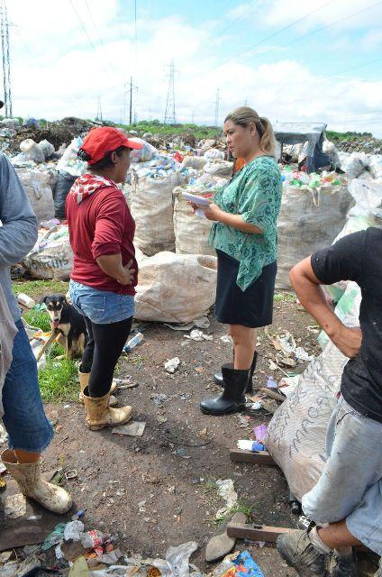 Técnicos da prefeitura conversam com carapirás. Foto: PMS