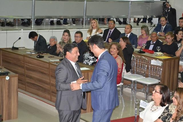 Clécio Luís cumprimenta Cláudio Góes, o vereador mais votado