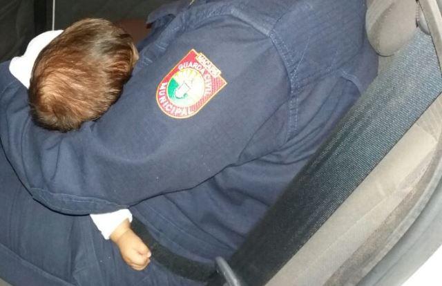 Bebê no colo de uma guarda civil: briga dos pais na madrugada