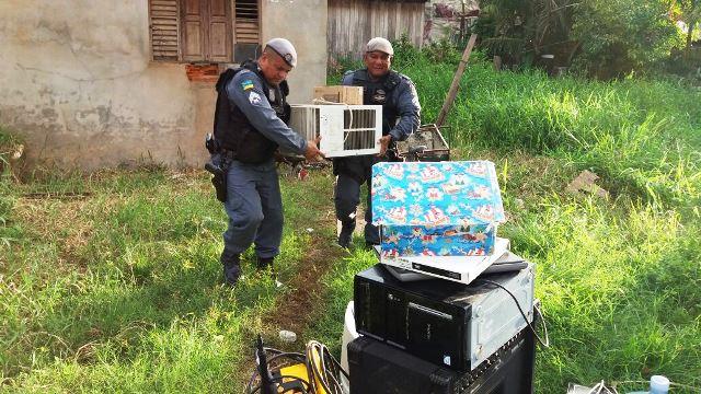 Policiais recuperam ar condicionado furtado. Fotos: Olho de Boto