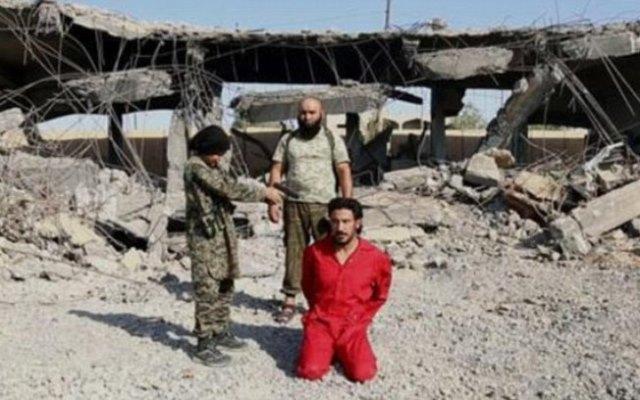 Criança do Estado Islâmico aponta arma para cabeça de soldado antes de matá-lo