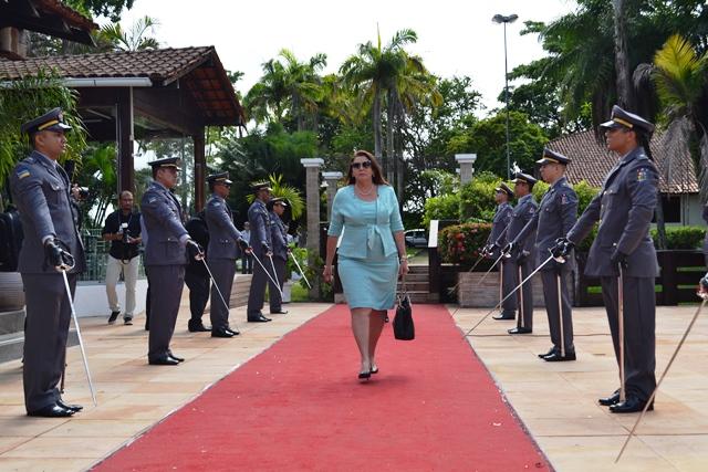 Governadora de Roraima, Suely Campos, chega para o Fórum: mais espaço nos presídios
