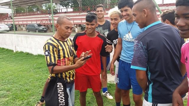 Tiaguinho, presidente da associação, conversa com jovens jogadores. Futuro ameaçado. Fotos: André Silva
