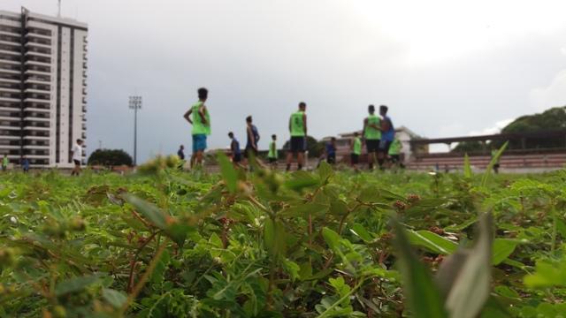 Mesmo em condições precárias, atletas treinam no estádio