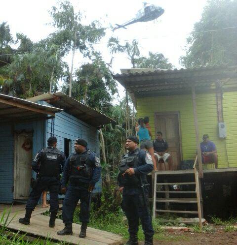 Guarda Civil embaixo recebe cobertura do GTA durante notificações. Fotos: Zenir Souza