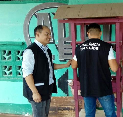 Fiscais da Vigilância Sanitária fiscalizando academia com pendência. Fotos: PMM/Divulgação
