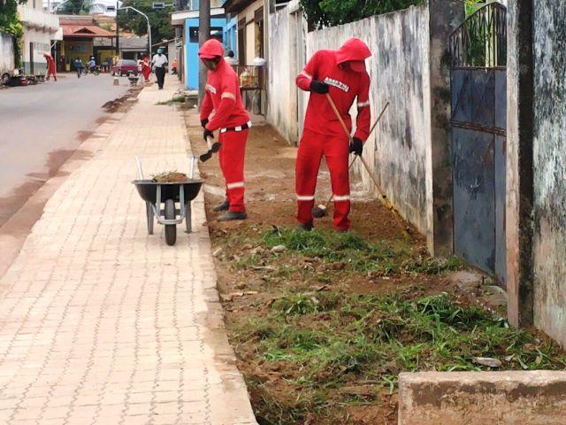 Equipe da Semur realiza limpeza das ruas, durante a fiscalização