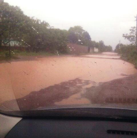 Visão dentro de um carro em dia de chuva: sufoco