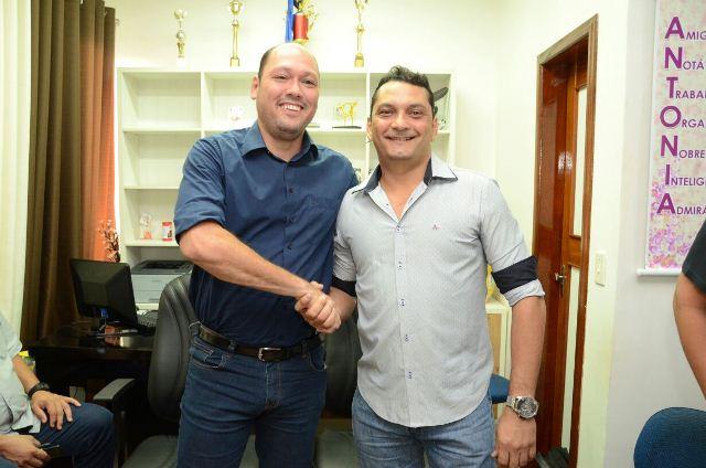 Ofirney e seu antecessor, Robson Rocha, em reunião de transição