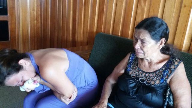 Mayra chora enquanto a avó conta o drama. Fotos: Olho de Boto